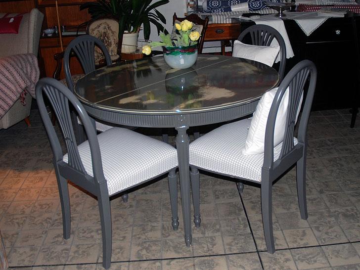 målat gustavianskt bord och stolar